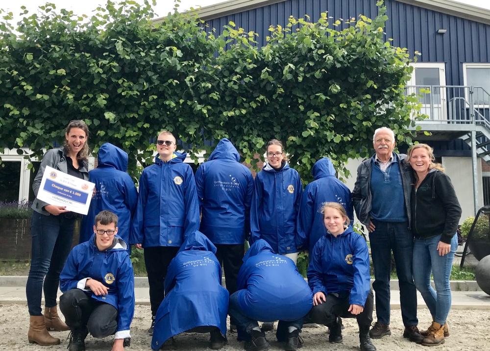 Nieuwe regenjassen van de Lions club De Bilt-Bilthoven voor Griftenstein en Zorg